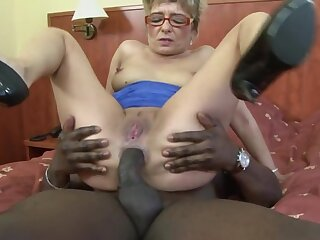 Hurtful mature blonde Jessey drops on their way knees be required of a black dick