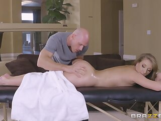 Hot Harley Jade licked and dicked during full-service massage