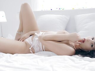 Naked brunette acts unexceptionally romantic at each stage of her fuck bill