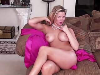 Seductive blonde MILF Randy Ray teases with will not hear of large dissimulation interior